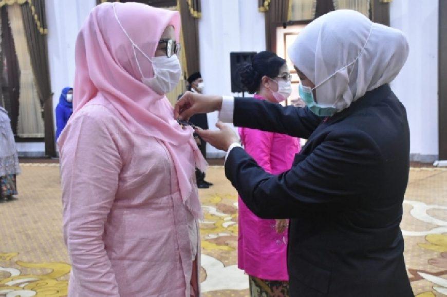 Gubernur Khofifah menyematkan lencana satyalancana kepada ASN | Foto: Kominfo Jatim