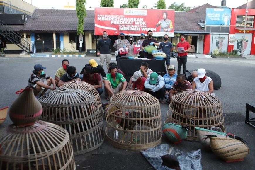 Belasan tersangka bersama barang bukti saat diamankan di Mapolres Pelabuhan Tanjung Perak   Ist