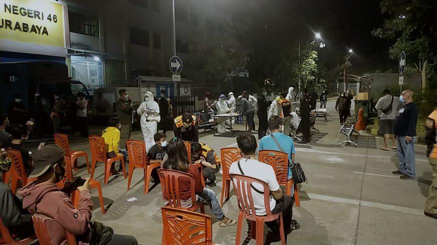 Puluhan warga mengikut test swab yang disiapkan petugas di Park And Ride Mayjend Sungkono Surabaya | Ist