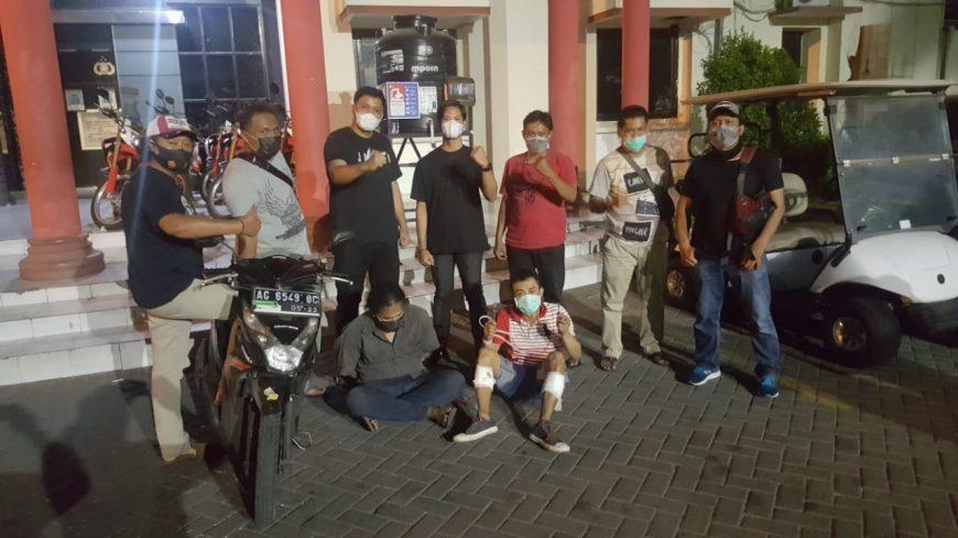 Kedua pelaku saat diamankan di Mapolrestabes Surabaya /Ist