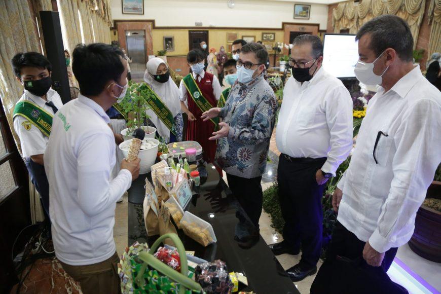 Pemenang Scroll of Honour-UN Habitat saat bertemu Pangeran dan Putri LH 2020 di Balai Kota Surabaya   Ist