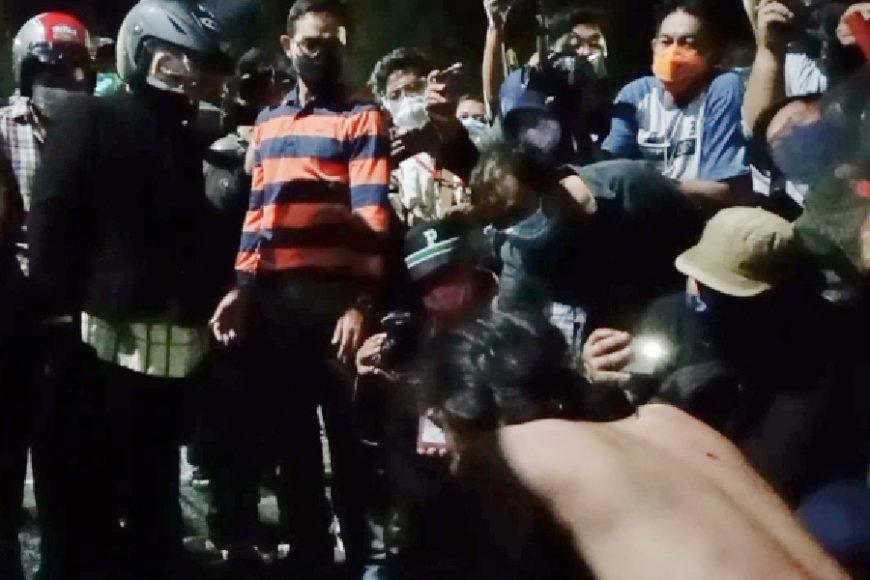 Wali Kota Surabaya Tri Rismaharini (Jaket hitam) saat memarahi salah satu pendemo   Ist