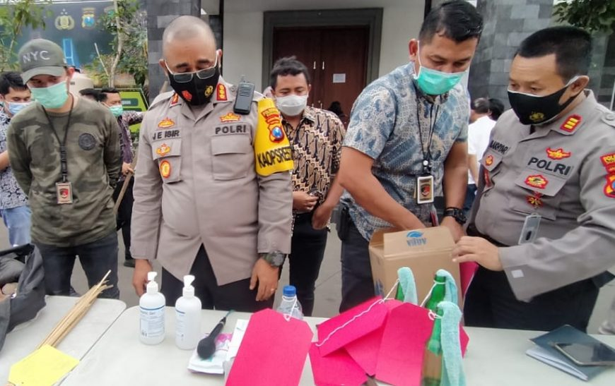 Petugas menunjukkan barang bukti yang berhasil diamankan dari para tersangka | Ist