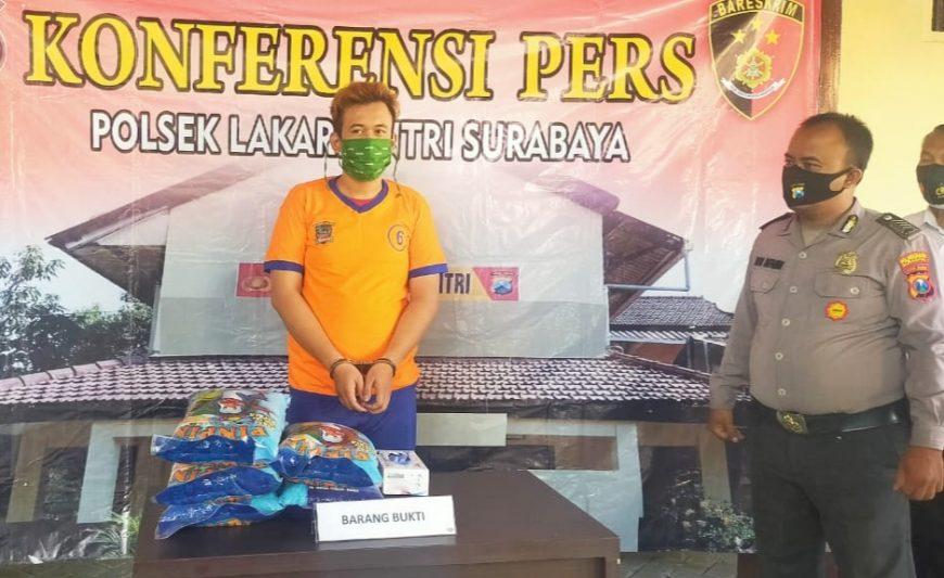 Tersangka MA bersama barang bukti saat diamankan di Mapolsek Lakarsantri Surabaya /Ist