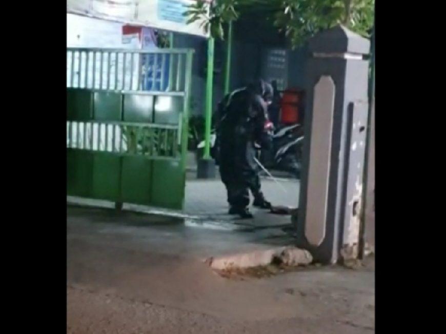 Tim Gegana Polda Jatim melakukan evakuasi tas mencurigakan di pagar Kantor Kelurahan Pacar Kembang, Tambaksari Surabaya /Ist