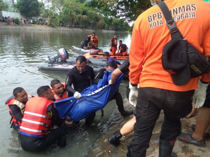 Petugas mengevakuasi jenazah korban tenggelam ke permukaan /Ist