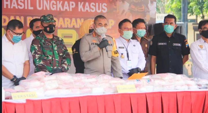Kapolrestabes Surabaya, Kombes Jhonny Eddizon Isir saat menggelar jumpa pers /Ist