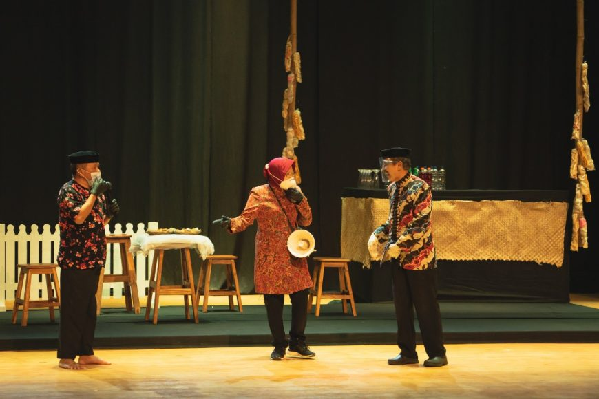 Tri Rismaharini, Wali Kota Surabaya (tengah) saat beradu akting bersama pelawak Kirun (kiri) dan Cak Kartolo (kanan) dalam pertunjukkan ludruk virtual di Gedung Balai Budaya Surabaya /Ist