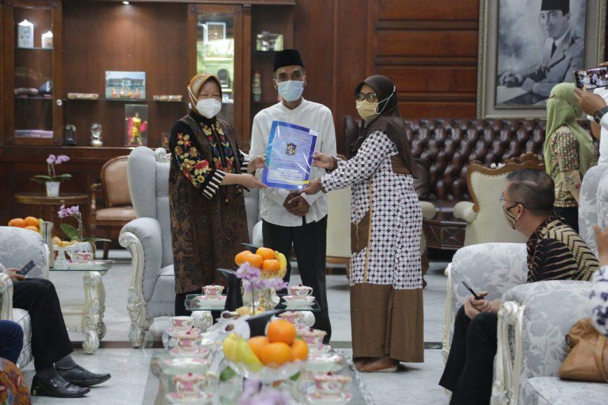 Wali Kota Surabaya saat menyerahkan IMB kepada perwakilan rumah Ibadah di rumah dinasnya | Istimewa