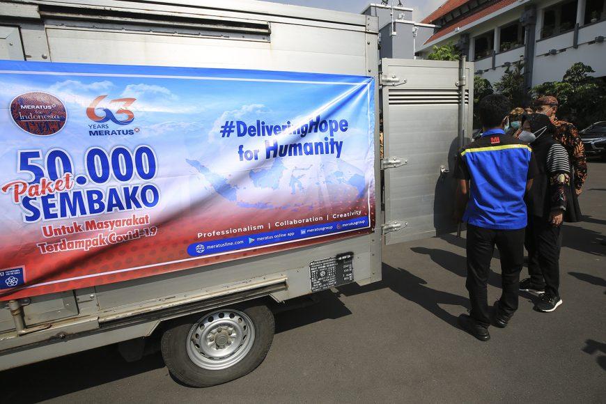 Bantuan paket sembako dari PT Meratus Line saat tiba di Balai Kota Surabaya /Ist