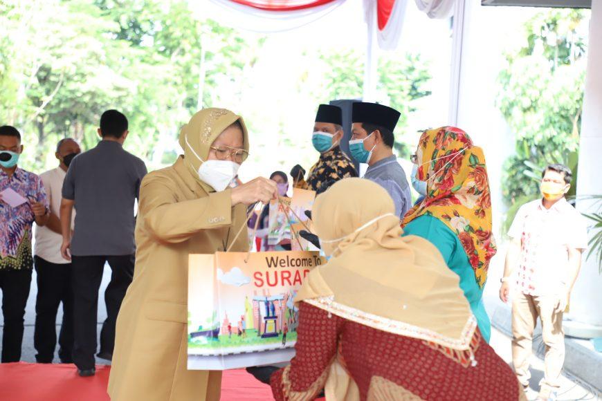 Wali Kota Surabaya Tri Rismaharini menyerahkan bantuan berupa baju hazmat, masker hingga sarung tangan kepada modin di Balai Kota Surabaya, Rabu (25/11) /Ist