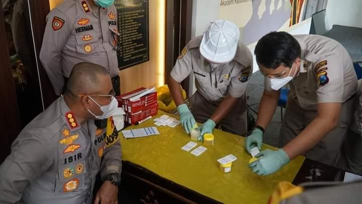 Kapolrestabes Surabaya, Kombes Pol Johnny Eddizon Isir (kiri) saat mengikuti serta memantau jalannya kegiatan tes urine /Ist