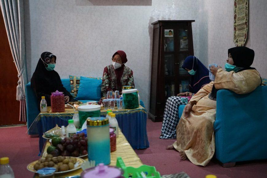 Risma saat sowan ke pengasuh Ponpes Salafiyah Syafi'iyah Sukorejo, Situbondo, Jatim | Ist