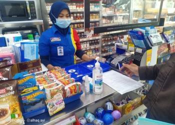 Pengecekan protokol kesehatan di salah satu toko modern/ist