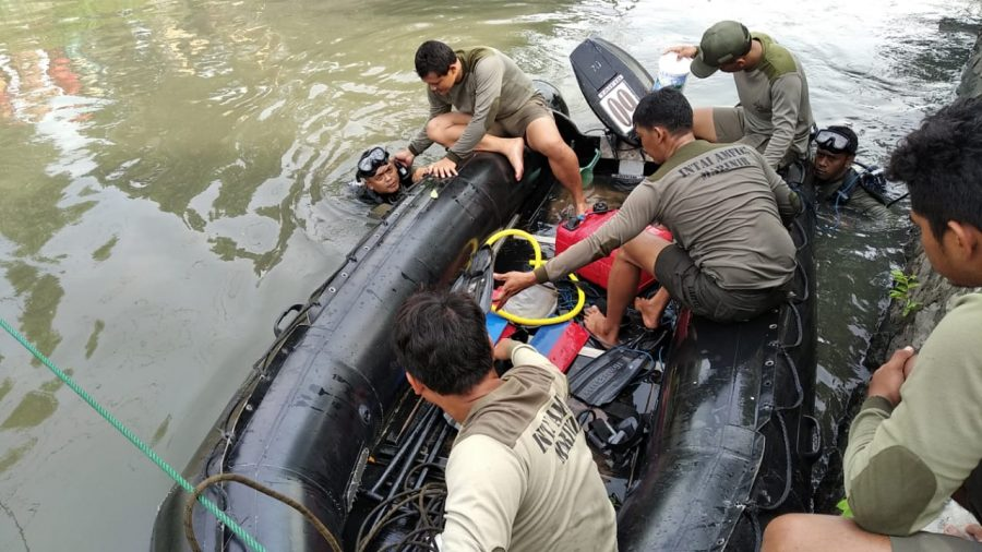 Prajurit Yontaifib 2 Marinir saat melakukan pencarian korban tenggelam /dok. Dispen Mar