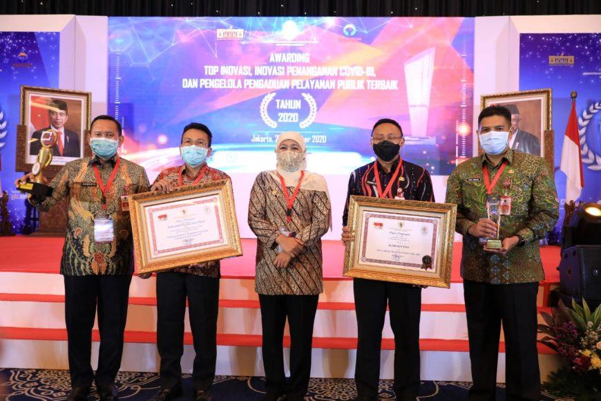 Gubernur Khofifah saat menerima penghargaan di Jakarta /Ist