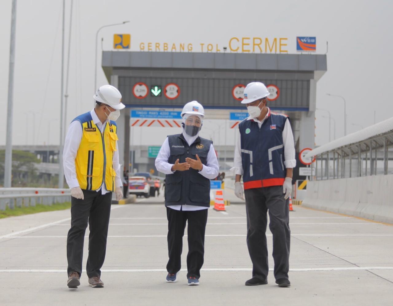Gubernur Khofifah (tengah) saat uji coba dan meninjau Tol KLBM /Ist