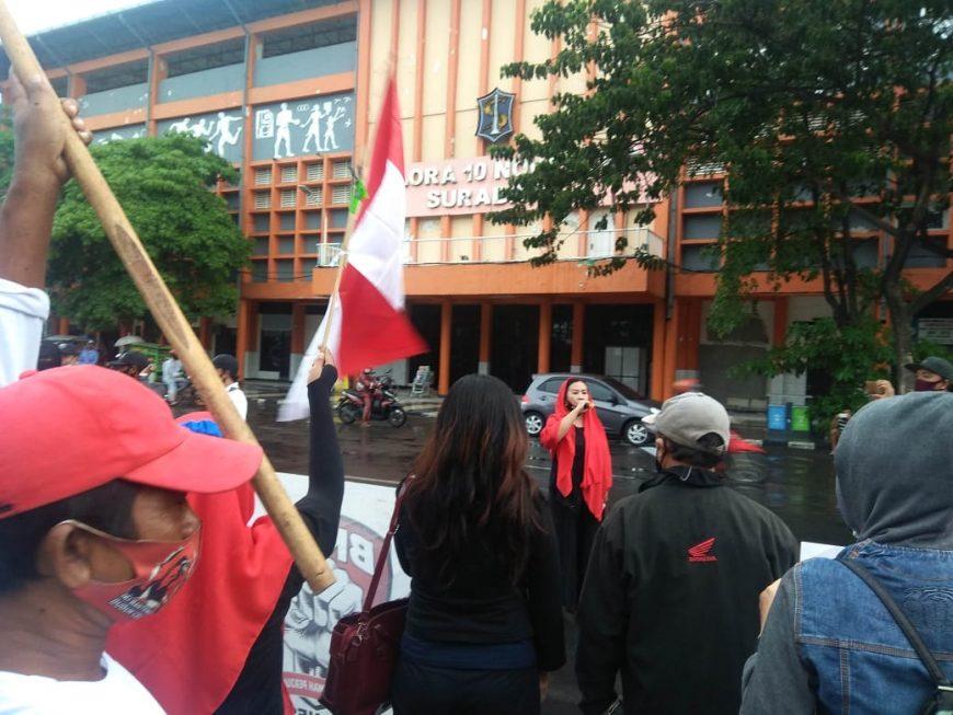 Ormas BMPI saat melakukan aksi di sebrang Gelora 10 Nopember Surabaya, Minggu (29/11) sore /Ist