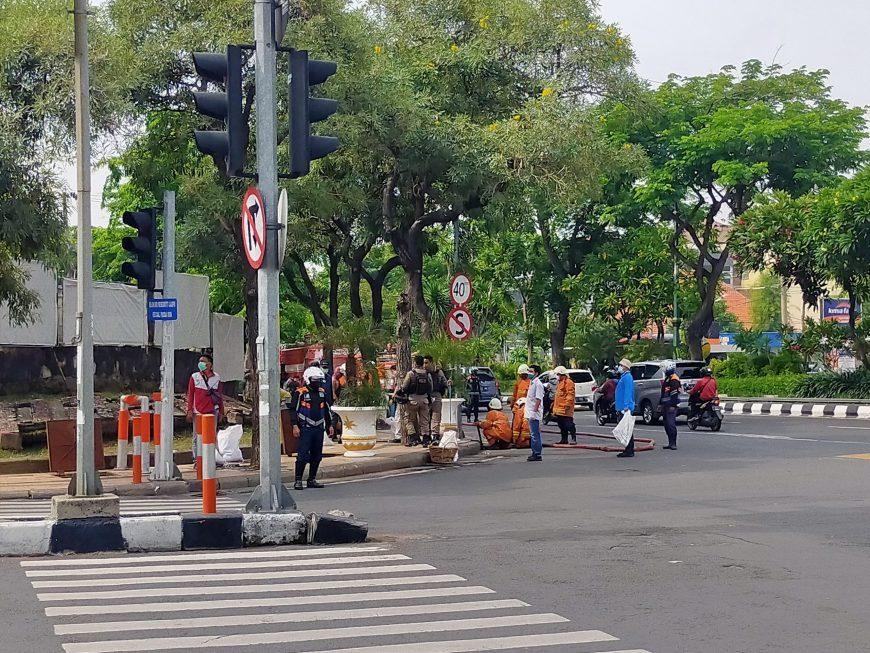 Kerja bakti berlangsung di Jalan Pandegiling arah ke Pasar Keputran Selatan /dok. Bicara Surabaya