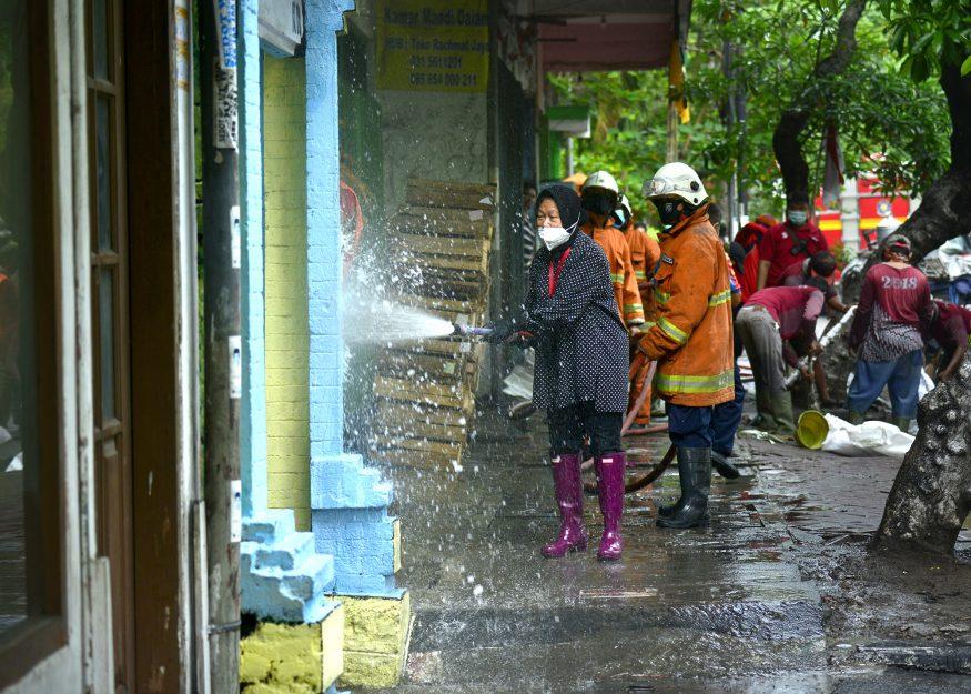 Wali Kota Risma melakukan penyemprotan saat kerja bakti di Dukuh Kupang/ist