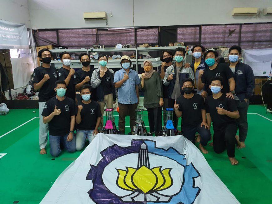 Tim Iris, salah satu Tim Robotika ITS yang berhasil meraih gelar juara pertama pada kategori lomba Robot Sepak Bola Beroda /Ist
