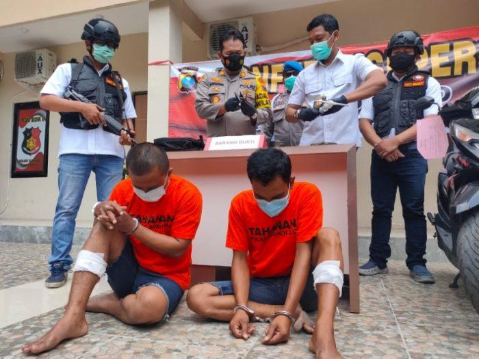 Kedua pelaku beserta barang bukti saat diamankan petugas kepolisian /Ist