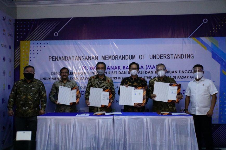 MoU antara ITS dan beberapa instansi dengan PT MAB disaksikan oleh Menristek Bambang Brodjonegoro (kiri) dan Founder PT MAB Jenderal (Purn) Moeldoko (kanan) /Ist