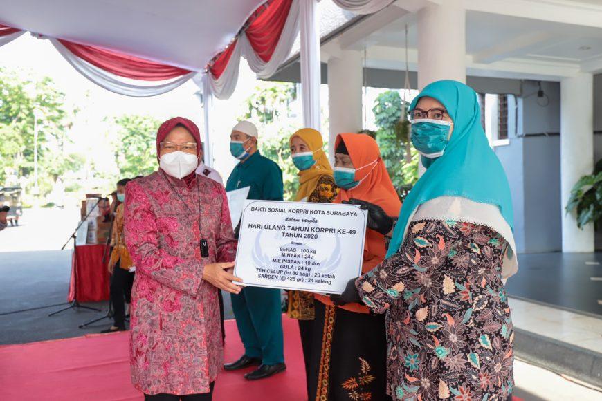 Secara simbolis, Wali Kota Surabaya Tri Rismaharini menyerahkan bantuan kepada perwakilan pengurus panti asuhan /Ist