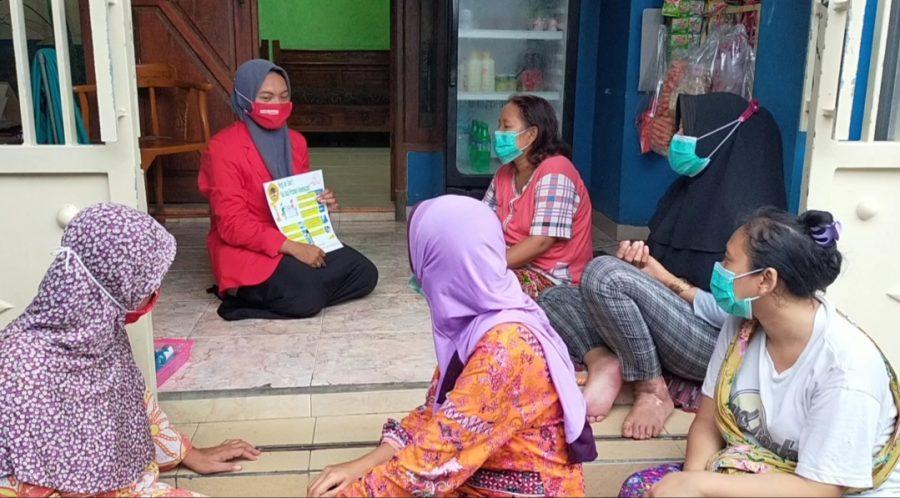 Mahasiswi Untag Surabaya, Safira Yuli Ananta, melakukan penyuluhan di Toko Kelontong /Ist