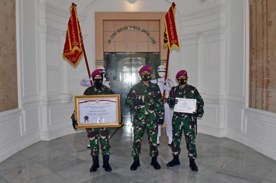 Penyerahan piagam dan Vandel Satuan Teladan Korps Marinir TNI AL Tahun 2020 /Ist
