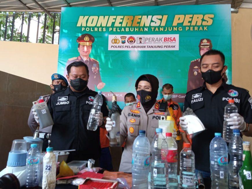Kapolres Pelabuhan Tanjung Perak, AKBP Ganis Setyaningrum (tengah) menunjukkan barang bukti berupa bahan kimia beserta peralatan yang digunakan para tersangka memproduksi sabu. /Ist
