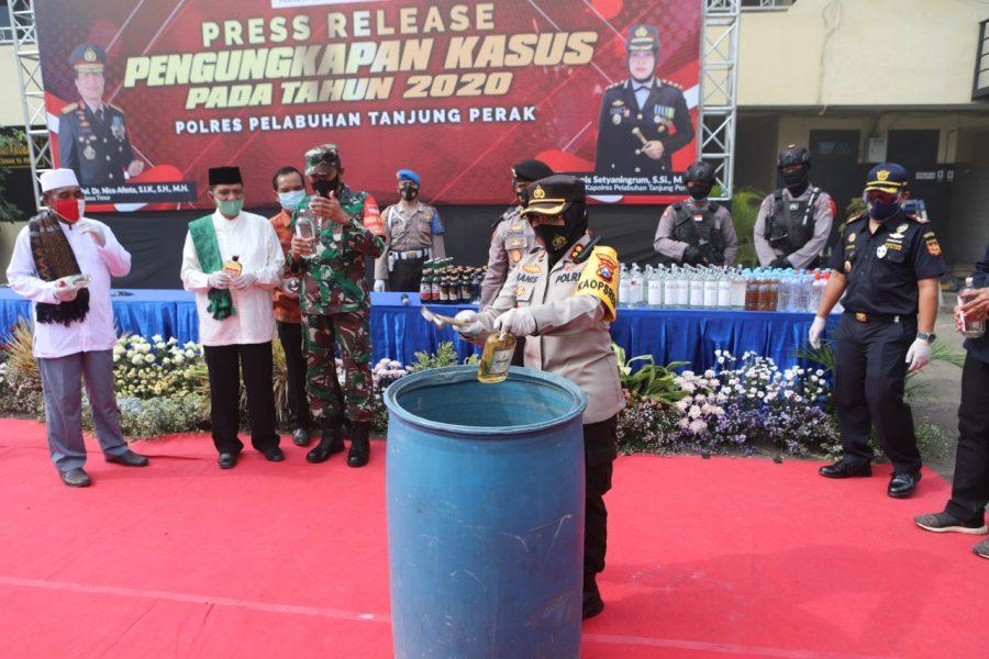 Kapolres Pelabuhan Tanjung Perak, AKBP Ganis Setyaningrum saat melakukan pemusnahan barang bukti /Ist