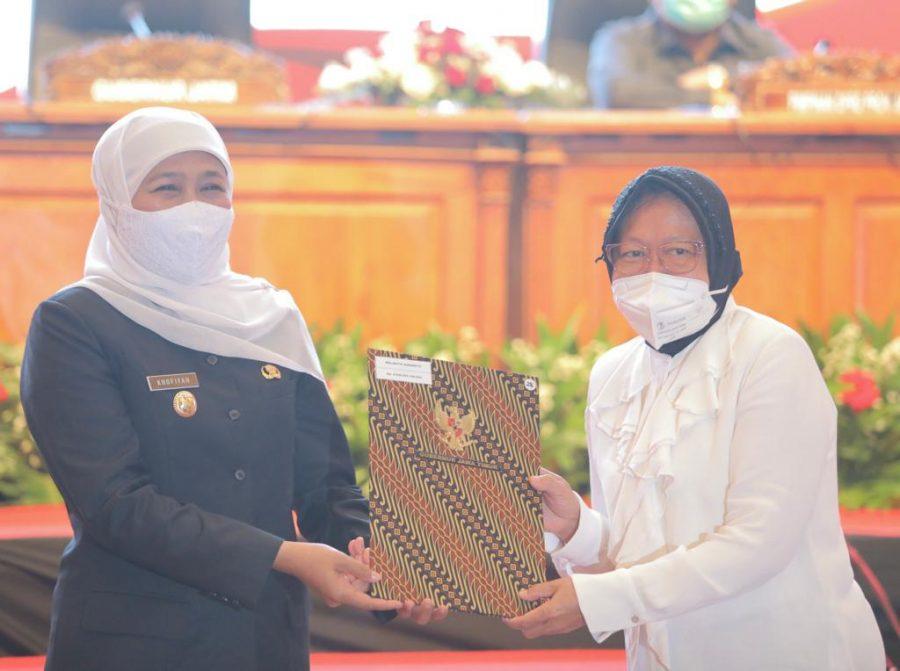 Gubernur Khofifah secara simbolis menyerahkan DIPA dan TKDD tahun 2021 kepada Tri Rismaharini, Wali Kota Surabaya /Ist