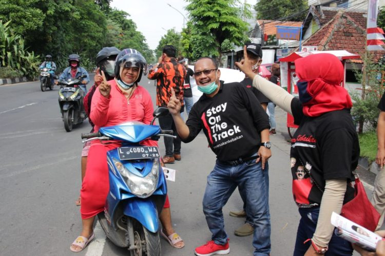 Relawan Gading Bersatu saat bagi-bagi jajan pasar/bicarasurabaya.com