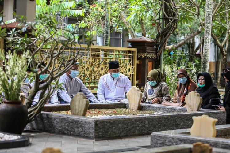 Eri Cahyadi saat ziarah ke makam pendiri NU/ist