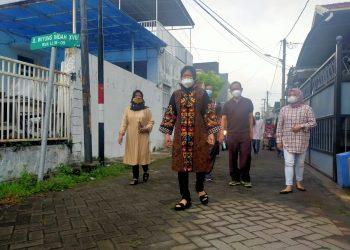 Wali Kota Risma dan keluarga saat hendak mencoblos/bicarasurabaya.com