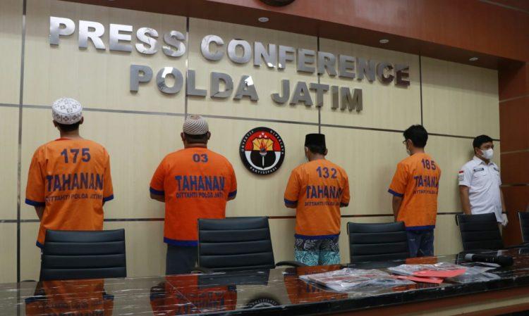 Keempat tersangka saat diamankan di Mapolda Jatim /Ist