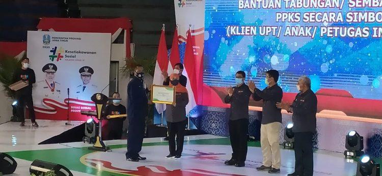 Koordinator TKSK Surabaya, Wiji saat menerima penghargaan dari Gubernur Khofifah di DBL Arena Surabaya, Sabtu (12/12/2020) /Ist