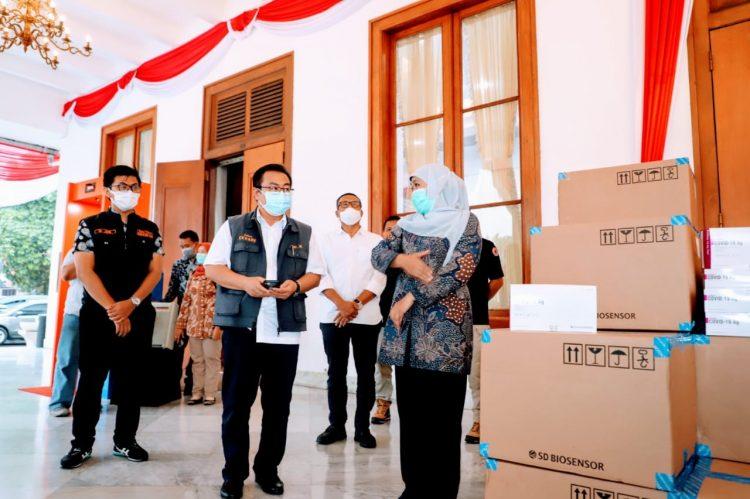 Gubernur Khofifah saat menerima bantuan Rapid Antigen dari BNPB/ist
