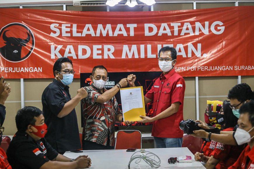 Armuji menerima laporan dari KPU di kantor DPC PDIP Kota Surabaya, Jumat (18/12/2020).