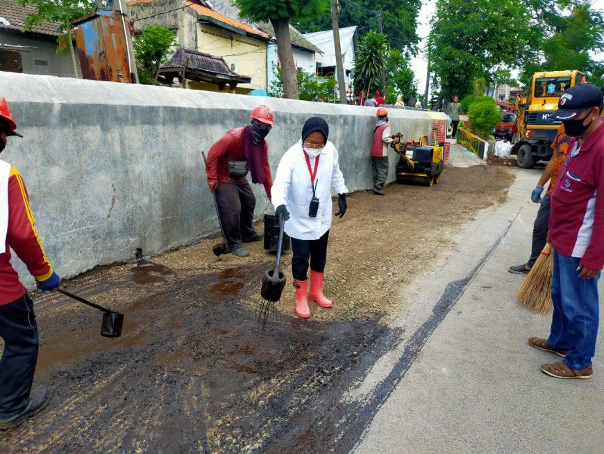 Aksi Wali Kota Risma saat pimpin pengaspalan jalan/ist