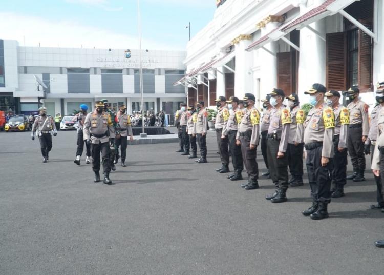 Dok. Kapolrestabes Surabaya, Kombes Pol Johnny Eddizon Isir (tengah depan) saat melakukan pengecekan kesiapan pasukan di Mapolrestabes Surabaya, Senin (21/12/2020) /Ist