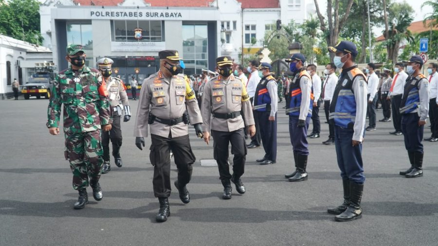 Kapolrestabes Surabaya, Kombes Pol Johnny Eddizon Isir (tengah depan) saat melakukan pengecekan kesiapan pasukan di Mapolrestabes Surabaya, Senin (21/12/2020) /Ist