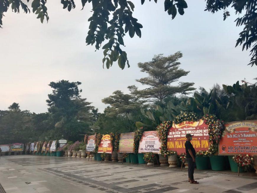 Deretan karangan bunga di depan Balai Kota Surabaya/bicarasurabaya.com