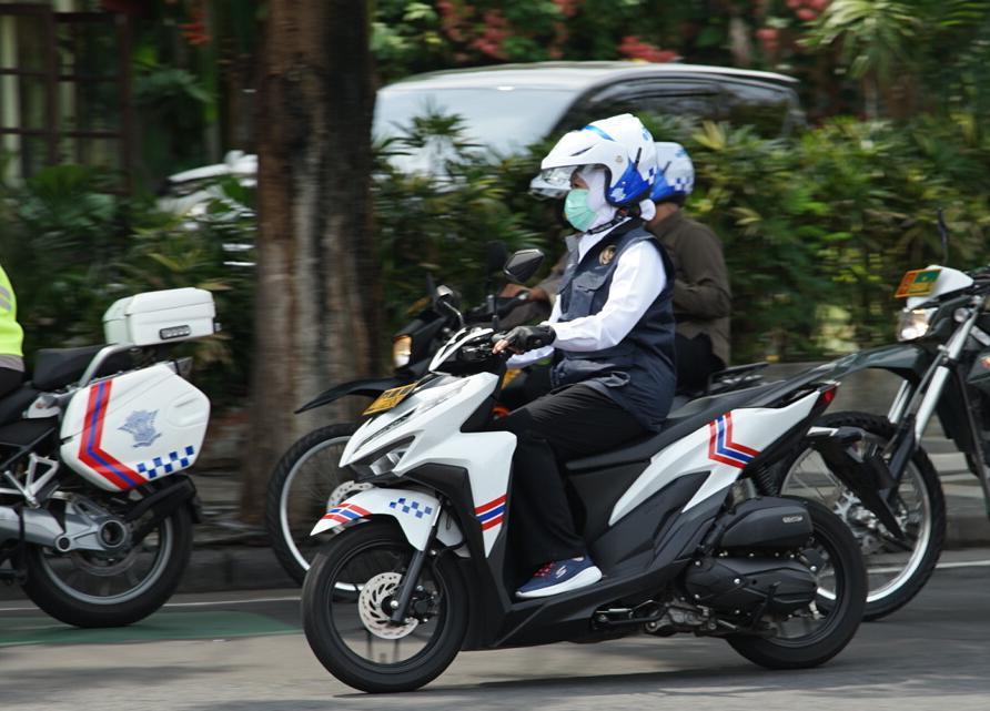 Gubernur Khofifah mengendarai motor saat meninjau kesiapan gereja menyambut malam misa Natal /Foto: Bicara Surabaya