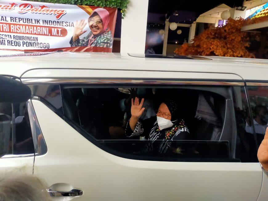 Mensos Risma saat hendak berangkat ke Jakarta/bicarasurabaya.com