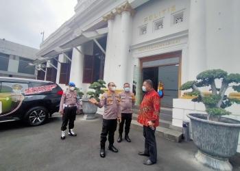 Plt Wali Kota Surabaya, Whisnu Sakti Buana (batik merah) usai kegiatan audiensi di Mapolrestabes Surabaya /foto: Bicara Surabaya
