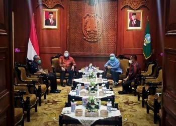 Plt Wali Kota Surabaya, Whisnu Sakti Buana (tengah) di sela audiensi bersama Gubernur Jatim, Khofifah Indar Parawansa di Gedung Negara Grahadi, Jum'at (25/12/2020) sore /foto: Bicara Surabaya