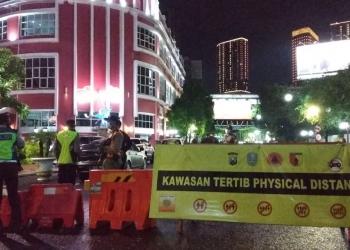 Simulasi penutupan ruas Jalan Tunjungan Surabaya, Rabu (30/12/2020) malam.