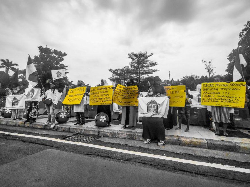 Dok. Aksi emak-emak Bela Bu Risma di depan Balai Kota Surabaya, Jum'at (27/11/2020) /Bicara Surabaya